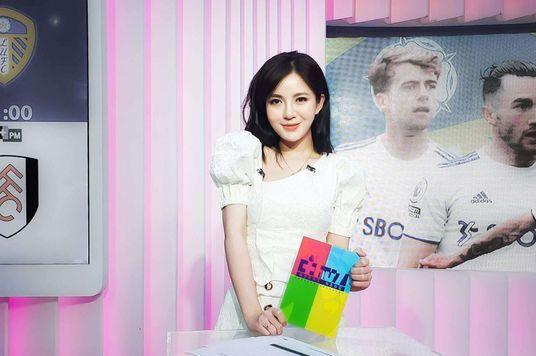 MC Tú Linh: Từ bỏ tấm bằng Thạc sĩ vì yêu bóng đá