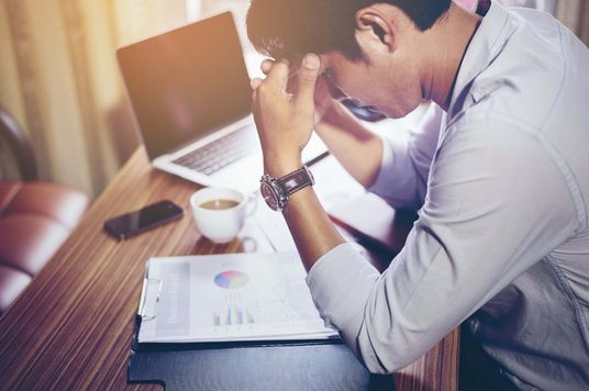 Vì sao lúc nào cũng thấy buồn ngủ trong giờ làm?