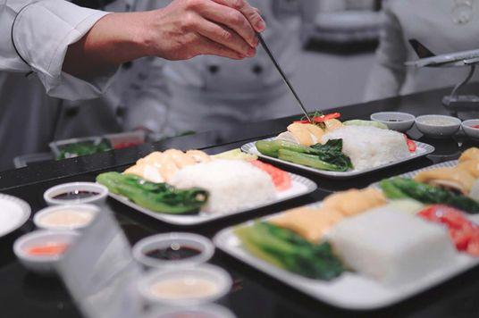 Ra Lò: Các bữa ăn trên máy bay được chế biến ra sao?